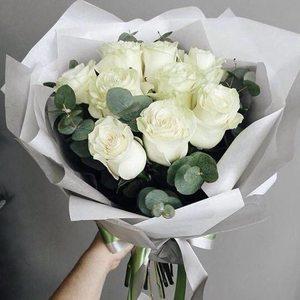 Букет 9 крупных белых роз в упаковке