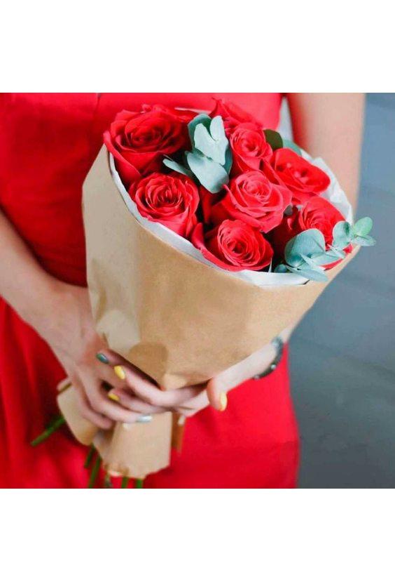 Букет 11 крупных красных роз в крафте