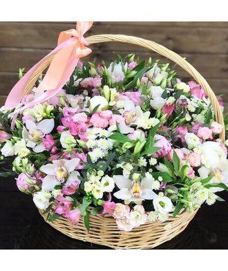 Большая сборная корзина с орхидеями, розами и эустомой