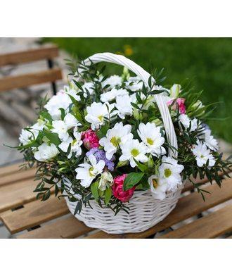 Корзина с хризантемами и тюльпанами