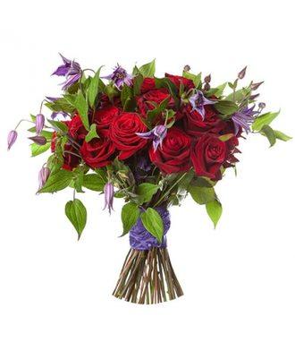 Красные розы и клематис