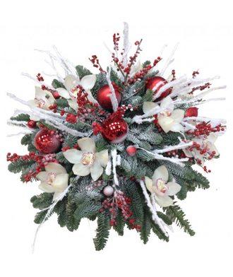 Новогодняя композиция из орхидей и еловых веток
