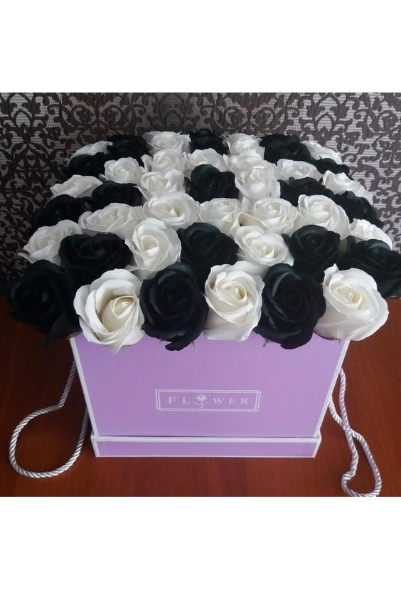 35 чёрных и белых роз в коробке