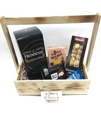 Ящик с коньяком и сырами