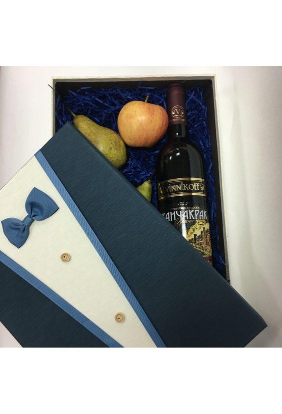 Коробка с вином и фруктами