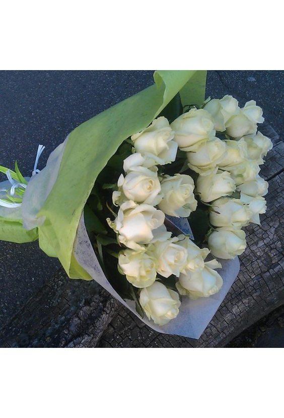Букет белых роз в упаковке