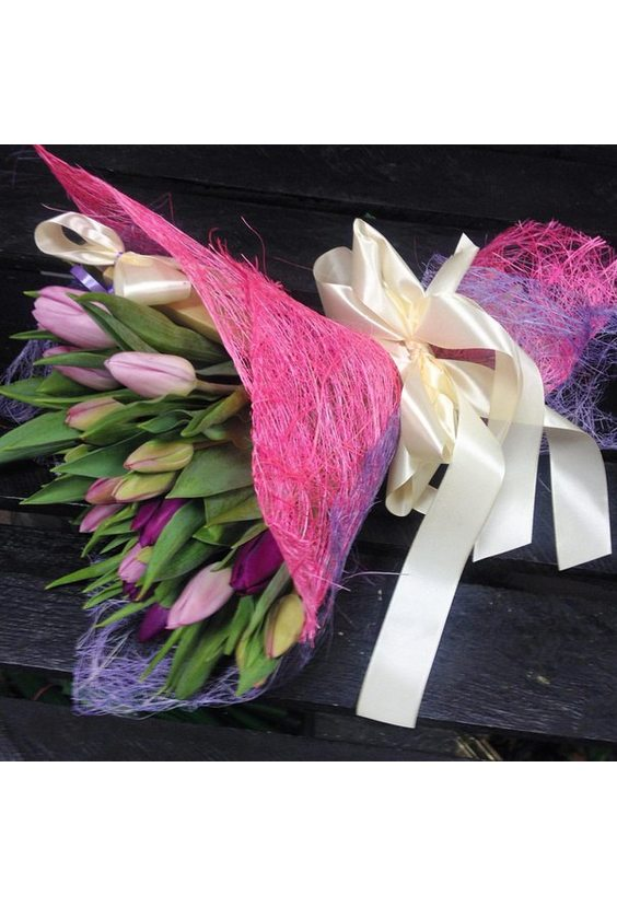 Букет из тюльпанов в упаковке сизаль