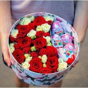 "Коробка с цветами и ""Киндерами"""