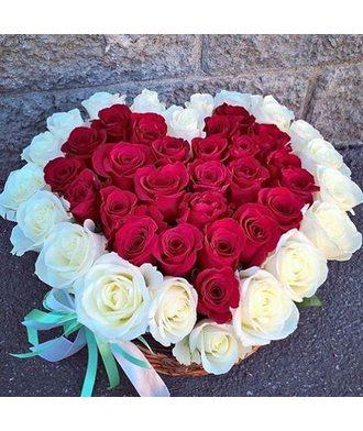 Композиция из роз в виде сердца 51 роза в корзине